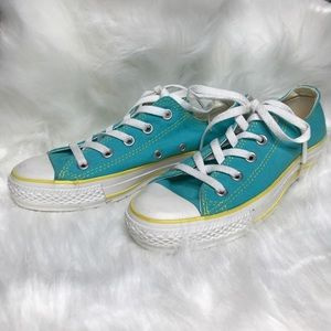 LIKE NEW Converse Low-top Sneakers